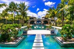 tropiska semestrar Lyxig semesterort med den ursnygga simbassängen M arkivfoto