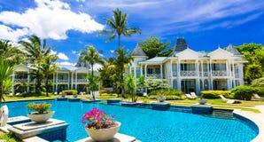 tropiska semestrar Lyxig semesterort med den ursnygga simbassängen M Arkivbild