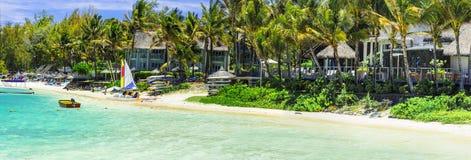 Tropiska semestrar - strandsidobungalower i den Mauritius ön arkivfoton