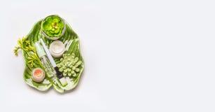 Tropiska sidor och suckulenter med kosmetiska produkter och tillbehör Fotografering för Bildbyråer