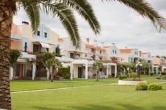 Tropiska strandhousewhitpalmträd och en trevlig gräsmatta Royaltyfria Bilder