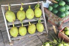 Tropiska thailändska Jackfruits på den lokala marknaden Sunda naturliga organiska exotiska frukter phuket thailand Royaltyfri Bild
