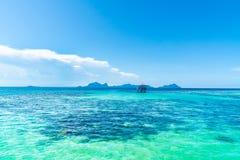 Tropiskt bakgrundsturkoshav och blå himmel arkivbild