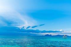 Tropiskt bakgrundsturkoshav och blå himmel royaltyfri bild