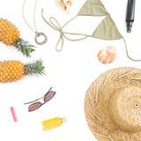 Tropiskt begrepp för sommar Ananasfrukter, solexponeringsglas, hatt och swimwear på vit bakgrund Lekmanna- lägenhet, bästa sikt k royaltyfria foton