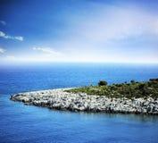 Tropiskt blått hav och ö Royaltyfria Bilder