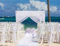 Tropiskt bröllop på den karibiska stranden royaltyfri bild