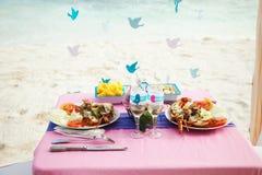 tropiskt bröllop tabell med havsmat arkivfoto