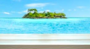 Tropiskt feriebegrepp Paradise ö och hav som göras suddig i bakgrunden arkivbild
