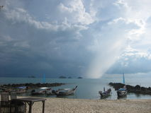 Tropiskt häftigt regn som att närma sig från fem öar Arkivbilder
