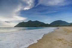 Tropiskt hav med montainsikt Royaltyfri Fotografi