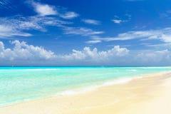 Tropiskt hav och sand under den blåa himlen - tropisk strand arkivfoton