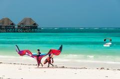 Tropiskt hav, strand, drake och palafitte Royaltyfri Fotografi