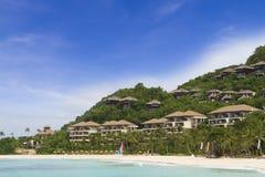 Tropiskt hav, strand och hotell på skybakgrund Royaltyfria Foton