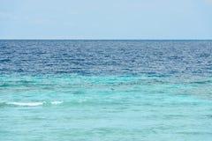 Tropiskt hav under den blåa himlen Arkivfoto
