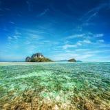 Tropiskt havlandskap med den Koh Tup ön thailand fotografering för bildbyråer