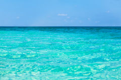Tropiskt havsvatten med ljusa solljusreflexioner Royaltyfri Foto