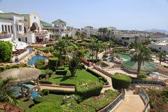 Tropiskt hotell för lyxig semesterort, Egypten royaltyfri bild