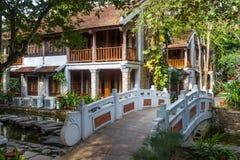 Tropiskt hotell med den lilla bron Royaltyfria Bilder