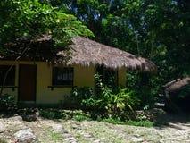 Tropiskt hus i mitt av den filippinska djungeln arkivbild