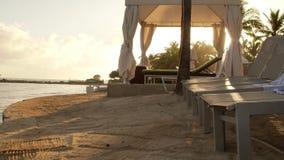 Tropiskt karibiskt beachfront hotell som lokaliseras i Montego Bay, Jamaica stock video