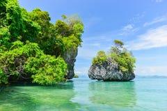 Tropiskt klart hav på Koh Pak Bia Island i det Krabi landskapet som är thailändskt Arkivfoto
