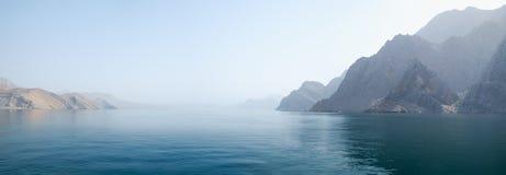 Tropiskt landskap för hav med berg och fjordar, Oman royaltyfri fotografi