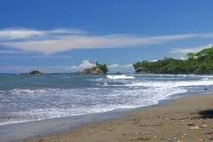 Tropiskt landskap från den Dominical stranden, Costa Rica royaltyfria bilder