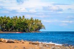Tropiskt landskap med det cocopalmträd och havet Härlig lagun med den tomma stranden Royaltyfria Foton