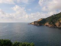 tropiskt landskap med havet och klippor i det traditionella området av Acapulco, Mexico royaltyfri foto