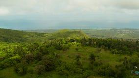 Tropiskt landskap med jordbruksmarker Camiguin, Filippinerna arkivfilmer