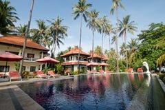 Tropiskt landskap med palmträd, hotell Royaltyfri Bild