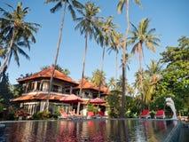 Tropiskt landskap med palmträd, hotell Arkivbilder