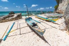 Tropiskt landskap med traditionella Filippinernafiskarefartyg Fotografering för Bildbyråer