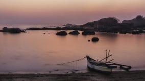 Tropiskt paradis för strand på den rosa solnedgången med ett fartyg arkivfoton