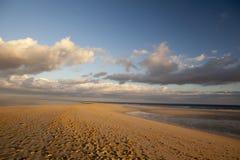 Tropiskt paradis, himla- strand på solnedgången Arkivfoto