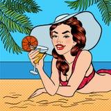 Tropiskt paradis - kvinna på stranden med en coctail Arkivfoton