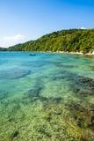 Tropiskt paradis på ön av Frades i fjärden allra Sain royaltyfria bilder