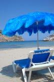 tropiskt paraply för strandstol arkivfoto