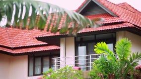 Tropiskt regn tappar att falla på palmbladen och det härliga huset på bakgrund i ön Koh Samui, Thailand arkivfilmer