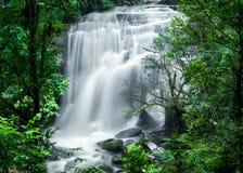 Tropiskt regnskoglandskap med den Sirithan vattenfallet thailand Arkivbilder
