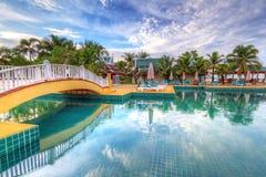Tropiskt simbassänglandskap i Thailand Arkivbilder