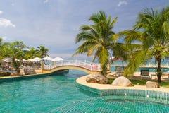 Tropiskt simbassänglandskap i Thailand Royaltyfri Foto