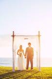 Tropiskt solnedgångbröllop arkivbilder