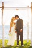 Tropiskt solnedgångbröllop arkivbild