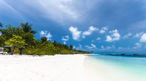 Tropiskt strand- och turkosvatten i Maldiverna Arkivbild