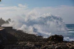 Tropiskt strandavbrott, havvåg som krossar stenkustlinjen, vatten fotografering för bildbyråer