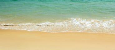 Tropiskt strandhav och strand Arkivbilder