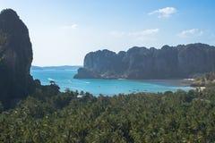 Tropiskt strandlandskap i Thailand arkivbilder