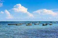 Tropiskt strandlandskap med slags solskydd i Bali Royaltyfria Foton